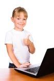 Computer portatile commovente sorridente della ragazza con il colpo sul segno Immagini Stock Libere da Diritti
