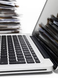 Computer portatile con gli archivi Fotografia Stock