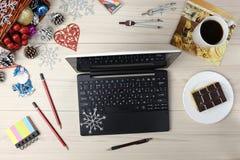 Computer portatile con i regali ed il caffè sul ciano fondo blu della tavola Concetto di feste di affari Tazza del posto di lavor Immagini Stock Libere da Diritti