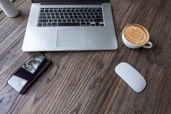 Computer portatile con il caffè di arte del latte immagini stock libere da diritti