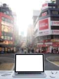 Computer portatile con il fondo della via di Shinjuku Immagini Stock