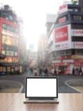 Computer portatile con il fondo della via di Shinjuku Immagine Stock Libera da Diritti