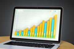 Computer portatile con il grafico commerciale su una tavola di legno Fotografia Stock