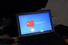 Computer portatile con il logo del sistema operativo visualizzato sullo schermo Windows 10 Fotografia Stock Libera da Diritti