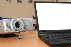 Computer portatile con il proiettore sulla tabella dell'ufficio Immagini Stock Libere da Diritti