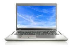 Computer portatile con il salvaschermo del cielo Fotografie Stock Libere da Diritti