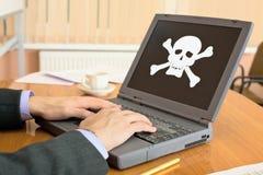 Computer portatile con il software del pirata Immagini Stock