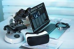 Computer portatile con l'attrezzatura medica da sistema diagnostico a distanza fotografia stock libera da diritti