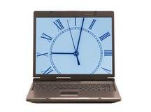 Computer portatile con l'orologio su visualizzazione Fotografia Stock