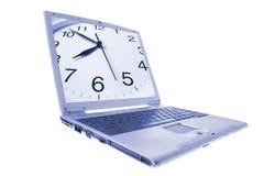 Computer portatile con l'orologio sul video fotografia stock libera da diritti