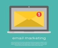 Computer portatile con la busta ed email colto sullo schermo Vendita del email, concetti di pubblicità di Internet Vettore piano Immagini Stock