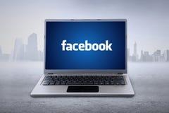 Computer portatile con la carta da parati del facebook Fotografie Stock Libere da Diritti