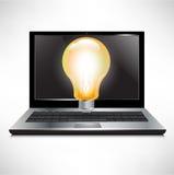 Computer portatile con la lampadina luminosa Fotografia Stock Libera da Diritti