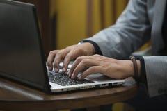 computer portatile con la mano 1 isolata Fotografie Stock