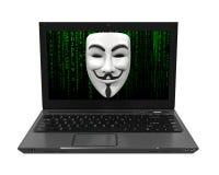 Computer portatile con la maschera bianca del pirata informatico isolata Fotografia Stock Libera da Diritti