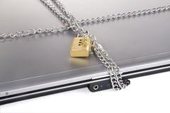 Computer portatile con la serratura e la catena Immagine Stock Libera da Diritti