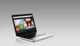 Computer portatile con le applicazioni di Internet sullo schermo Fotografie Stock