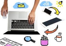 Computer portatile con le attrezzature del lavoro intorno Immagini Stock