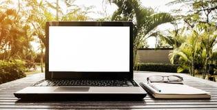 Computer portatile con lo schermo in bianco su una tavola di legno Immagini Stock Libere da Diritti