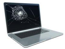 Computer portatile con lo schermo incrinato su bianco Immagini Stock