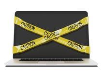 Computer portatile con nastro adesivo giallo di cautela Immagini Stock Libere da Diritti
