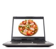 Computer portatile con pizza fotografie stock libere da diritti