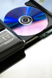 Computer portatile con un dvd del disco. Fine in su. Fotografie Stock