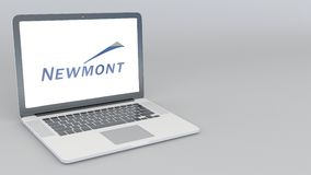 Computer portatile d'apertura e di chiusura con il logo di Newmont Mining Corporation animazione dell'editoriale 4K illustrazione di stock