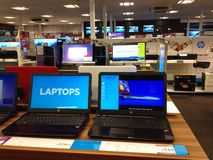 Computer portatile da vendere in un deposito Fotografia Stock Libera da Diritti
