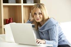 computer portatile del calcolatore usando i giovani della donna Fotografie Stock