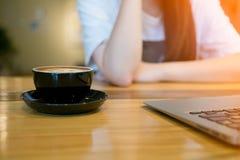 Computer portatile del computer e della donna in caffetteria Fotografia Stock Libera da Diritti