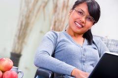 Computer portatile del eith della giovane donna nel paese Fotografie Stock