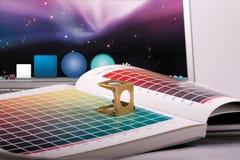 Computer portatile del magnifier del libro di colore immagini stock libere da diritti