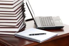 Computer portatile del posto di lavoro, penna, taccuino su una tabella Fotografia Stock Libera da Diritti