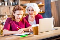 Computer portatile del usind delle donne fotografia stock libera da diritti