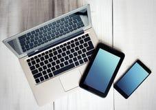 Computer portatile della compressa del telefono degli apparecchi elettronici di Digital su legno Immagini Stock