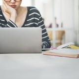 Computer portatile della donna che cerca concetto di tecnologia del collegamento di ricerca Fotografia Stock Libera da Diritti