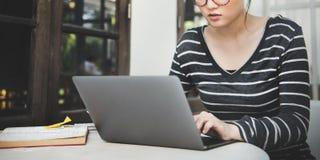 Computer portatile della donna che cerca concetto di tecnologia del collegamento di ricerca Immagine Stock Libera da Diritti
