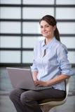 Computer portatile della donna di affari in ingresso moderno Fotografia Stock Libera da Diritti