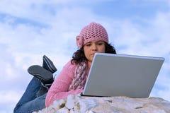 Computer portatile della giovane donna Fotografia Stock