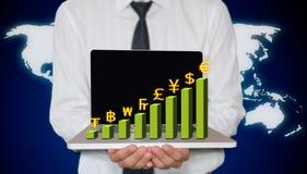 Computer portatile della holding dell'uomo d'affari con il grafico di valuta Fotografia Stock Libera da Diritti