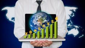 Computer portatile della holding dell'uomo d'affari con il grafico di valuta Immagini Stock Libere da Diritti