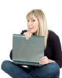 Computer portatile della holding della giovane donna Immagini Stock Libere da Diritti