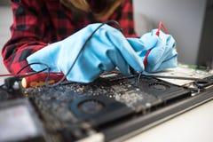 Computer portatile della riparazione di sostegno del computer portatile di riparazioni dell'ingegnere fotografie stock libere da diritti