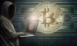 Computer portatile della tenuta del pirata informatico con le icone del bitcoin sullo schermo Fotografie Stock