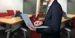 Computer portatile della tenuta dell'uomo d'affari immagine stock libera da diritti