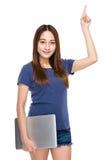 Computer portatile della tenuta della giovane donna con il dito su Fotografia Stock