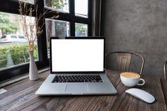 Computer portatile dello schermo in bianco con il caffè di arte del latte immagini stock libere da diritti