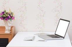 Computer portatile dello schermo in bianco con il telefono cellulare e la compressa sul Fotografia Stock Libera da Diritti