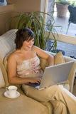 Computer portatile dello strato della donna Immagine Stock